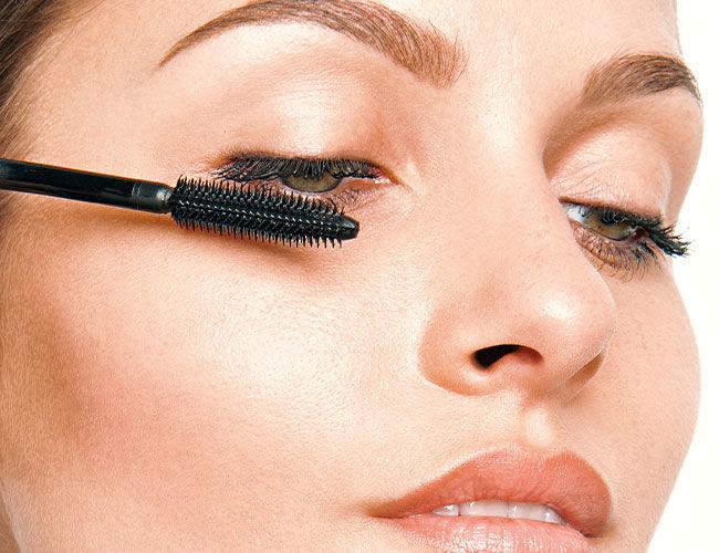 Die Mascara wird am oberen Wimpernkranz aufgetragen
