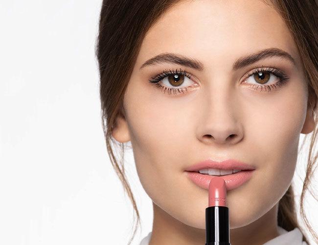 Der aufgetragene Lippenstift kann mit dem Magic Fix fixiert werden