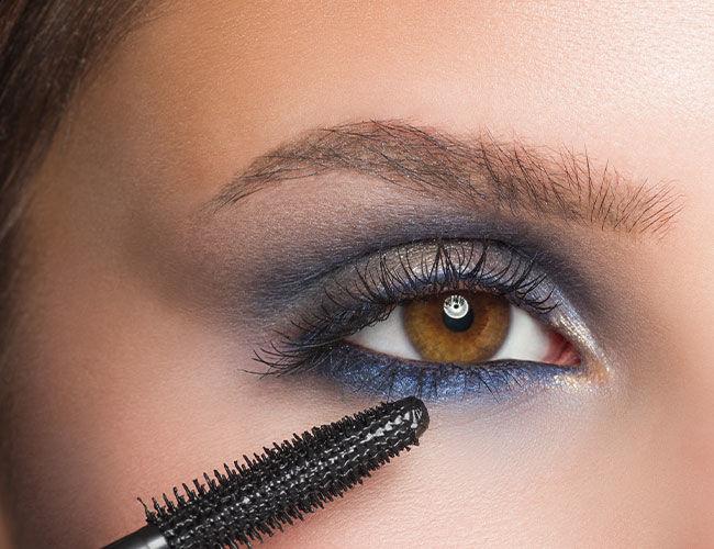 Mascara wird am oberen und unteren Wimpernkranz aufgetragen