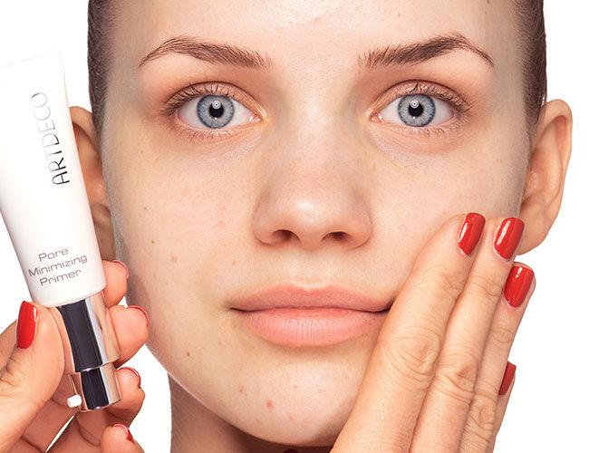 Der Pore Minimizing Primer von Artdeco wird mit den Fingern aufgetragen