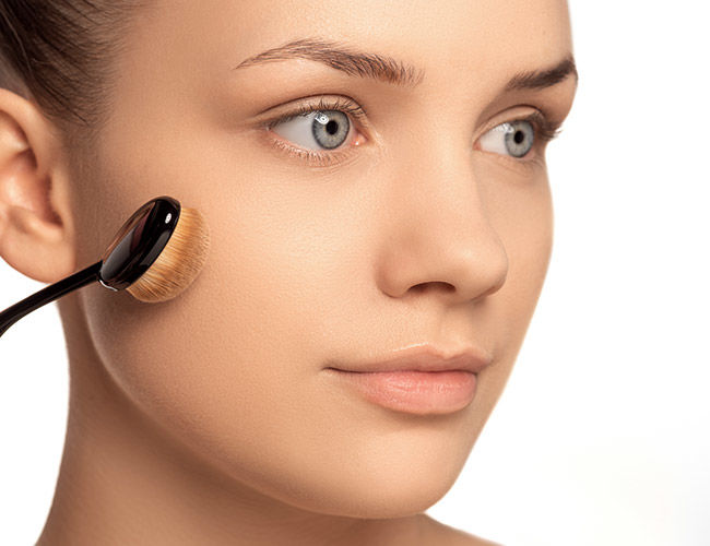 Mit Hilfe eines Make-up Pinsels wird die Camouflage Cream aufgetragen