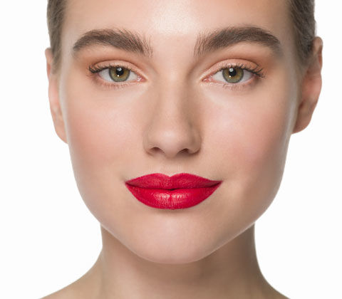 Vorher und Nachher mit größer geschminkten Lippen