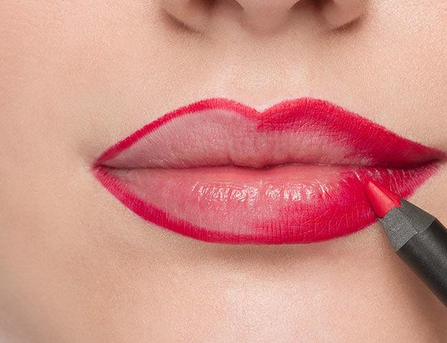 Die Lippen werden innerhalb der Kontur mit einem Lippenkonturstift nachgezeichnet