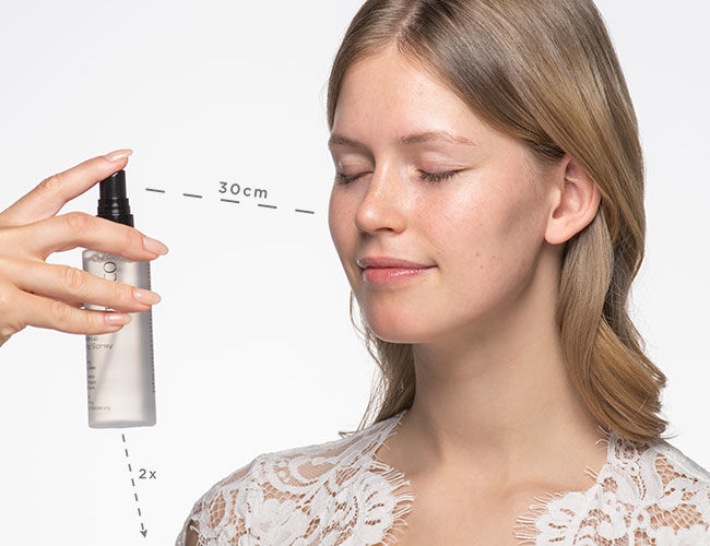 Ein Fixing Spray wird aufgesprüht