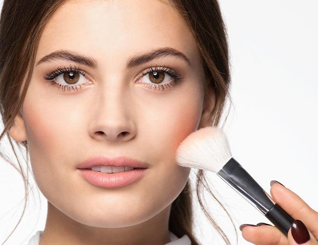 Das komplette Make-up kann mit dem Fixing Spray fixiert werden