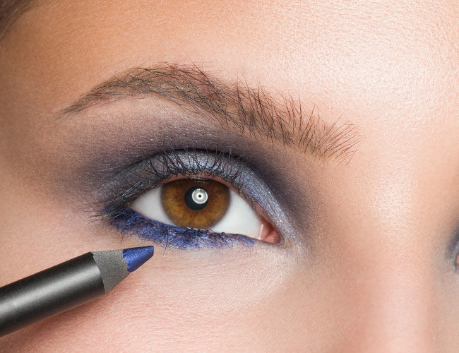 Blauer Kajal wird am Wimpernkranz aufgetragen