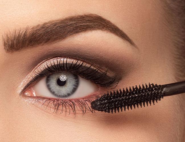 Der untere Wimpernkranz wird mit einer Mascara getuscht