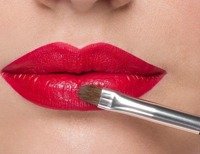 Ein Lippenstift mit einem Lippen Pinsel auftragen