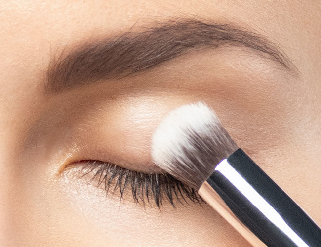 How to apply the eyeshadow base