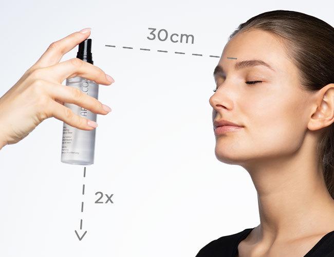 Es wird ein Fixierungsspray mit 30 cm Abstand zum Gesicht appliziert