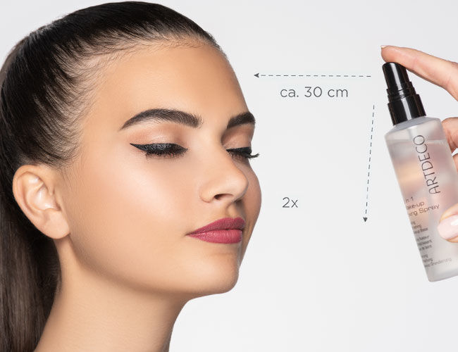 Das Fixing Spray von Artdeco wird auf das Gesicht aufgesprüht