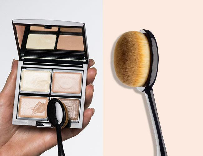 Camouflage Cream wird mit einem Make-up Pinsel aufgenommen