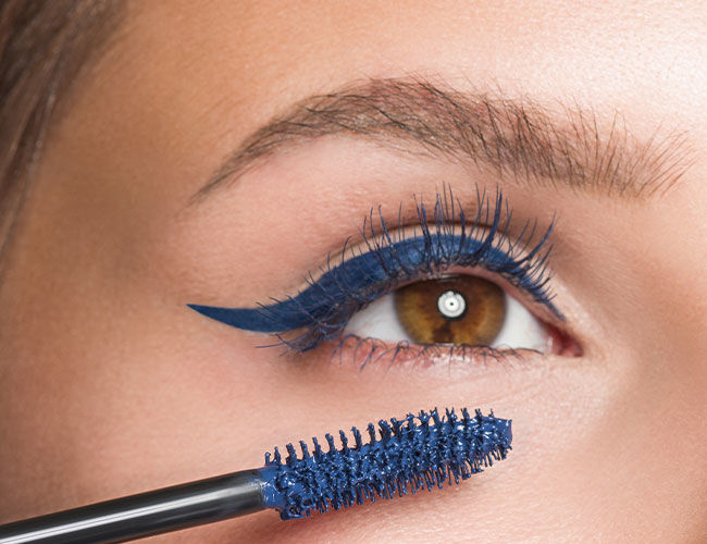 Blaue Mascara wird aufgetragen