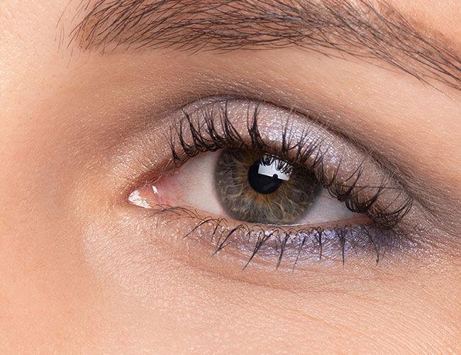 Ein Auge ist mit einem blauen Lidschatten geschminkt